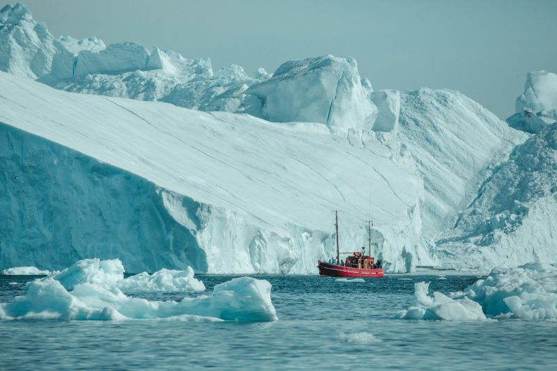 Close to the ice with a sightseeing boat from Ilulissat